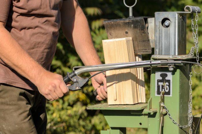 man-is-using-a-electric-log-splitter