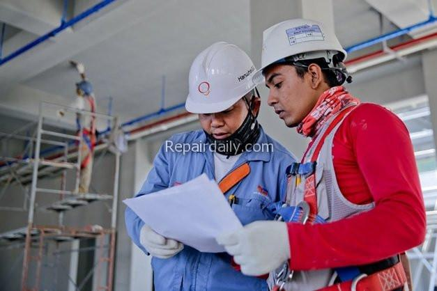 construction workers planning discussion
